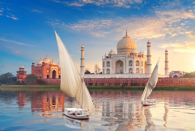 Berühmter taj mahal-komplex, der yamuna-fluss und boote, schöner sonnenuntergang, agra, indien.