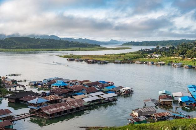 Berühmter thailändischer montag-lebensstil des ländlichen dorfs in sangkhlaburi