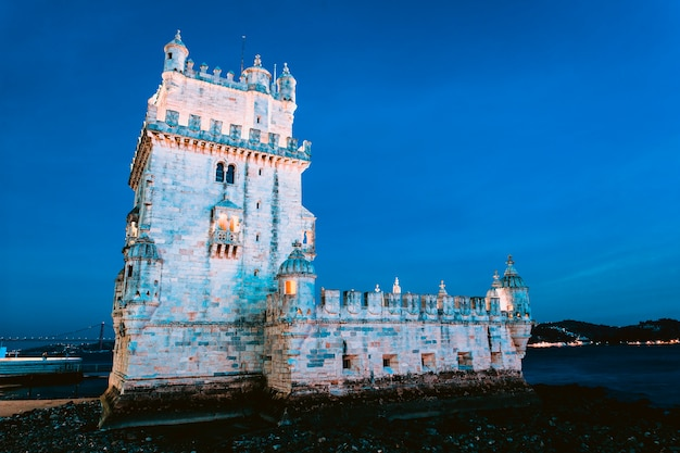 Berühmter turm von belem bei nacht. lissabon, portugal.