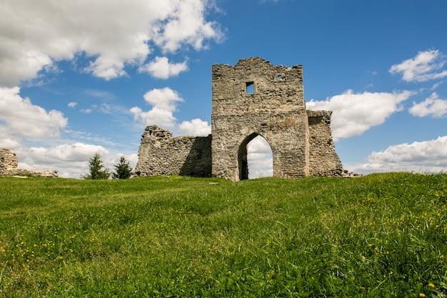 Berühmter ukrainischer markstein: szenische sommeransicht der ruinen des alten schlosses in kremenets, ternopil-region, ukraine