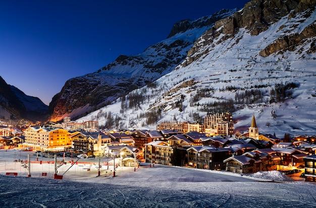 Berühmter und luxuriöser ort von val d'isere bei sonnenuntergang, tarentaise, alpen, frankreich