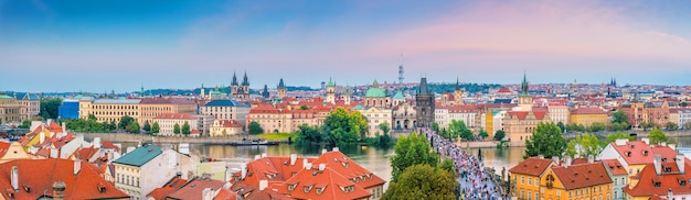 Berühmtes ikonenhaftes bild der karlsbrücke und der skyline der stadt prag in der tschechischen republik