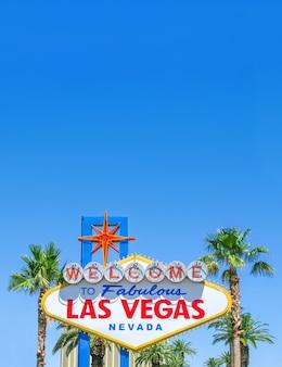 Berühmtes las vegas-zeichen am hellen sonnigen tag mit hintergrund des blauen himmels und kopienraum