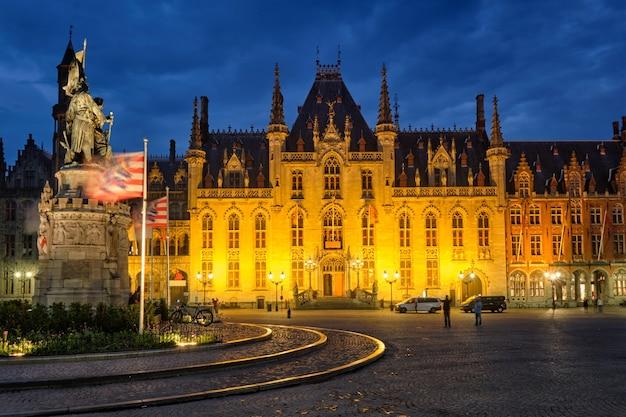 Berühmtes touristenziel grote marktplatz und provinzgerichtsgebäude in brügge belgien in der...