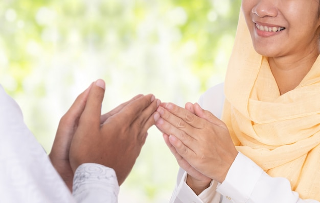 Berührender gruß der muslimischen handfingerspitze