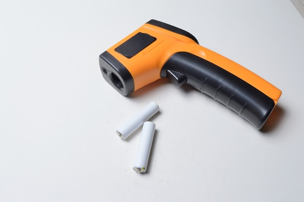 Berührungsloses handpyrometer-thermometer, gelb. und batterien dafür.