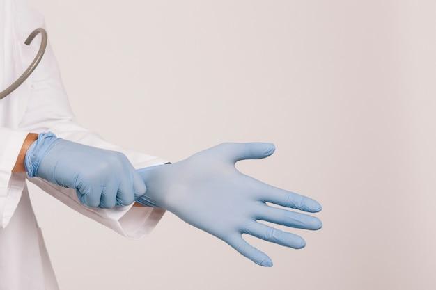 Berufsarzt mit handschuhen