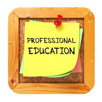 Berufsausbildungstext auf gelbem aufkleber auf cork bulletin