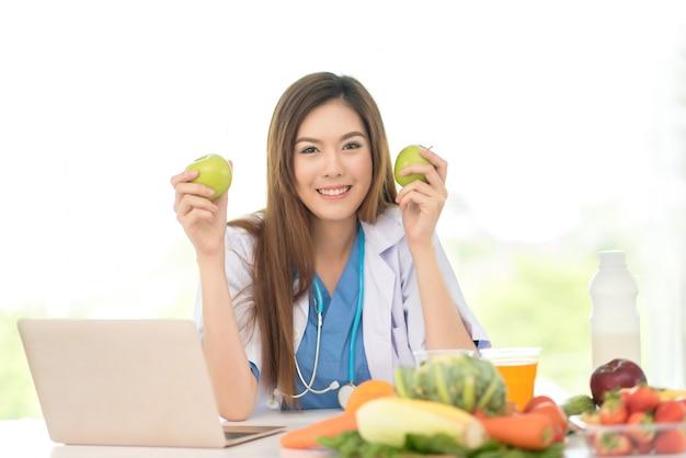 Berufsdoktor im ernährungswissenschaftler mit gesunden früchten