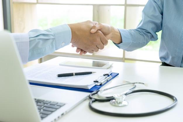 Berufsdoktorhändedruck zum patienten