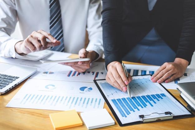 Berufsexekutivgeschäftskollegeteam, das mit neuem projekt der buchhaltungsfinanzierung, der ideendarstellung und des sitzungsstrategieplans der finanzgeschäftsinvestition arbeitet und analysiert