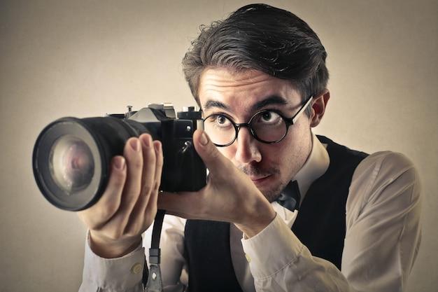 Berufsfotograf, der die kamera justiert