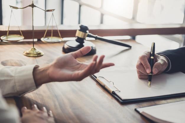 Berufsgeschäftsfrau und männliche rechtsanwälte, die an der anwaltskanzlei im büro haben arbeiten und diskussion