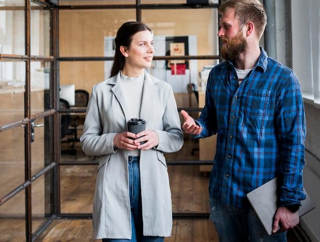 Berufsgeschäftsleute, die etwas am arbeitsplatz besprechen