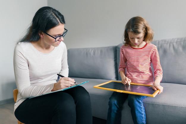 Berufskinderpsychologe, der mit kindermädchen im büro spricht