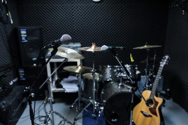 Berufskondensator-studiomikrofon, musikalisches konzept. aufnahme, selektives fokusmikrofon im radiostudio, selektives fokusmikrofon und unschärfemusikgitarre,