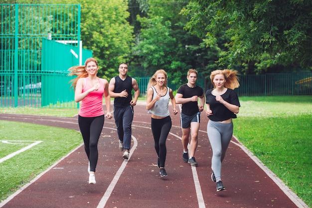 Berufsläufer, die auf einer rennstrecke laufen.