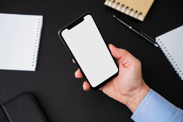 Berufsmann, der leeren smartphone hält