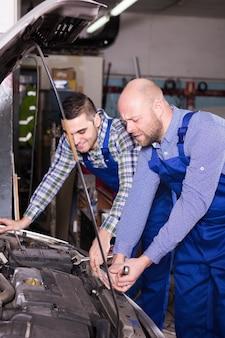 Berufsmechaniker, die auto reparieren