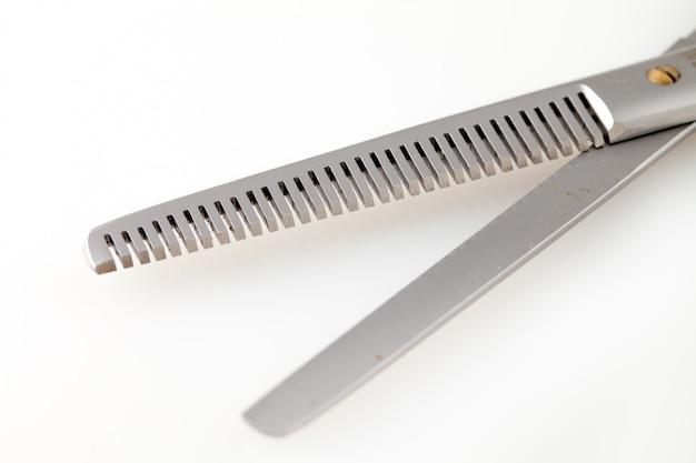 Berufsscheren für die haarschnitte lokalisiert auf weißem hintergrund