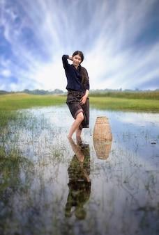Berufstätige frau in der landschaft, thailand