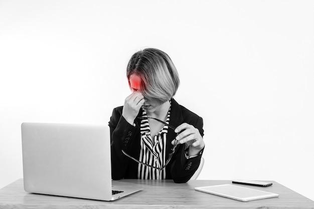 Berufstätige frau mit kopfschmerzen