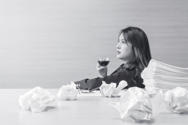 Berufstätige frau sitzen für das trinken des kaffees mit denkendem gefühl