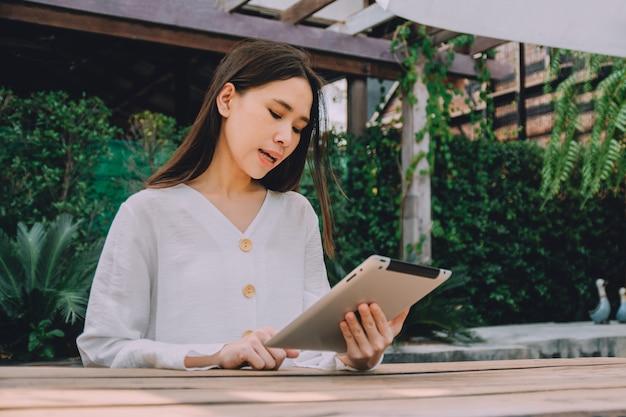 Berufstätige frauen bleiben zu hause, nutzen die tablet-arbeit zu hause und treffen sich online über das internet mit dem team, wfh-konzept