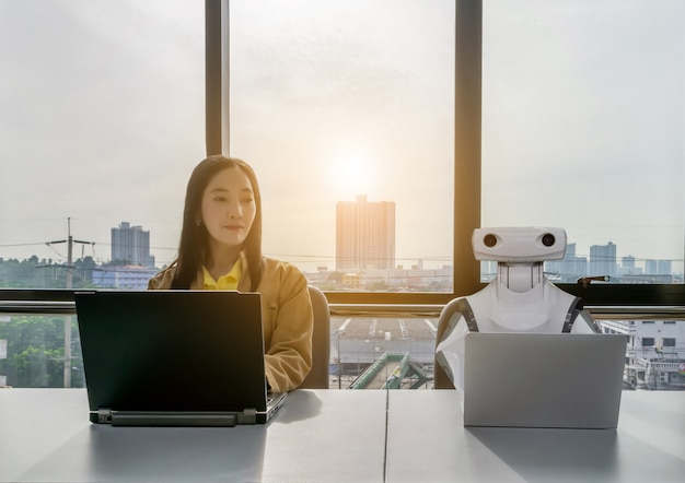 Berufstätige frauen und robotercomputer im bürobereich rpa robotic process automation