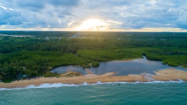 Beruhigender natürlicher natürlicher blauer hintergrund des sommers. meer und himmel mit weißen wolken