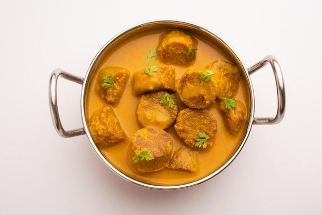 Besan gatte ki sabzi oder gatta curry rezept, beliebtes rajasthani-menü zum mittag- oder abendessen