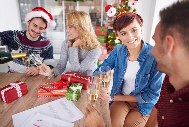 Besatzung von arbeitern, die weihnachten feiern