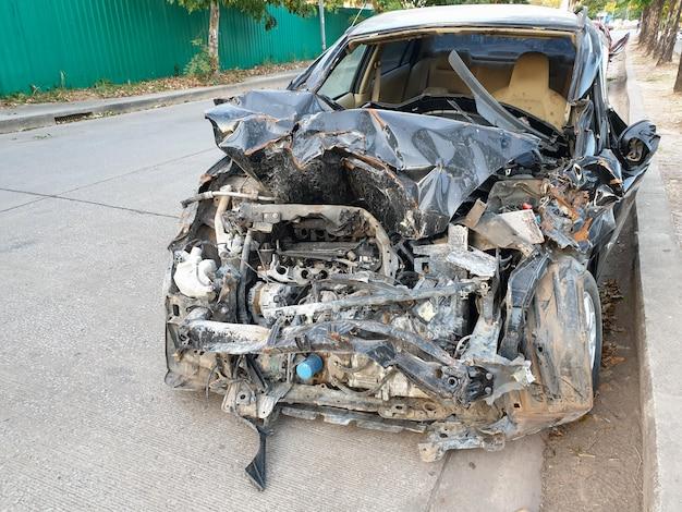 Beschädigte fahrzeugnahaufnahme nach autounfall