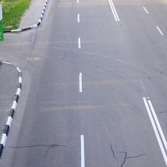 Beschädigte schlechte asphaltstraße mit schlaglöchern