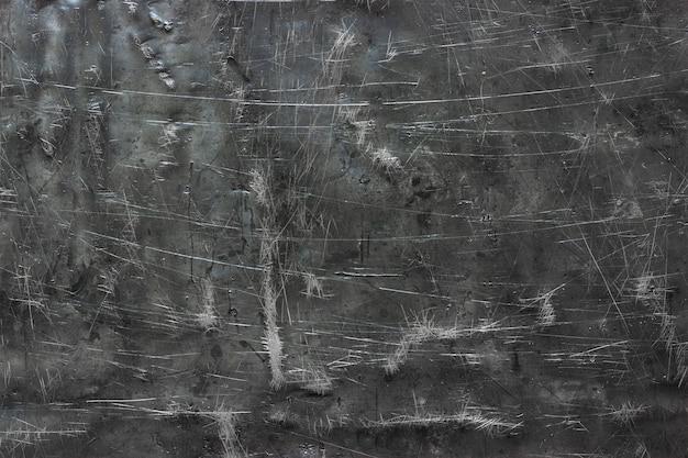 Beschädigte stahlstruktur, dunkler metallhintergrund mit kratzern auf der oberfläche
