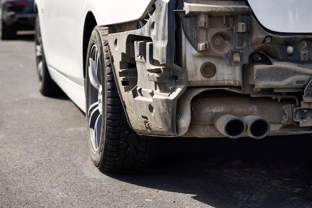 Beschädigtes auto nach einem unfall. fahrzeug mit ausgebauter heckstoßstange