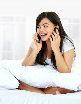 Beschäftigte frau am telefon