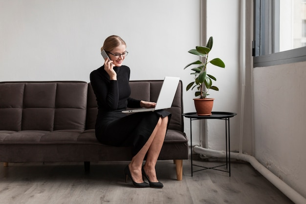 Beschäftigte frau, die über telefon spricht