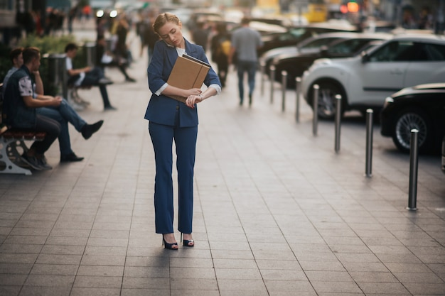Beschäftigte frau hat es eilig, sie hat keine zeit, sie wird unterwegs telefonieren. geschäftsfrau, die mehrere aufgaben erledigt. multitasking-unternehmer.