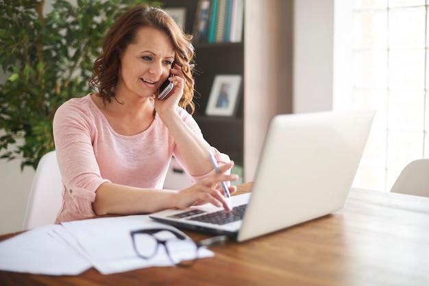 Beschäftigte geschäftsfrau, die zu hause büro arbeitet