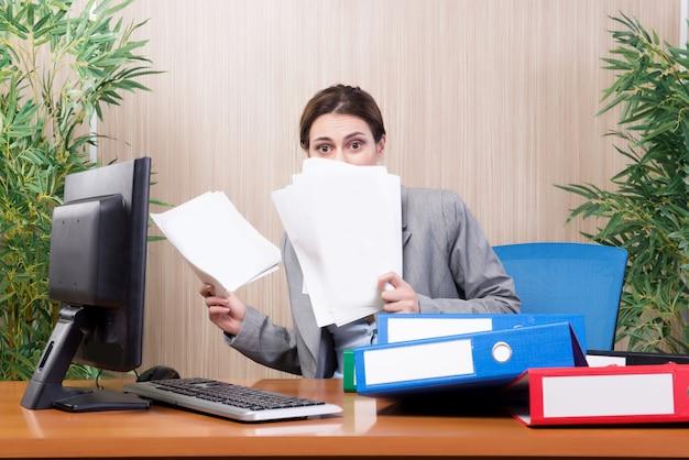 Beschäftigte geschäftsfrau im büro unter druck