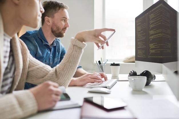 Beschäftigte leute, die sich gedanken über computersprache machen