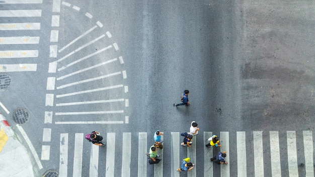 Beschäftigte menge bewegen sich zum fußgängerzebrastreifen