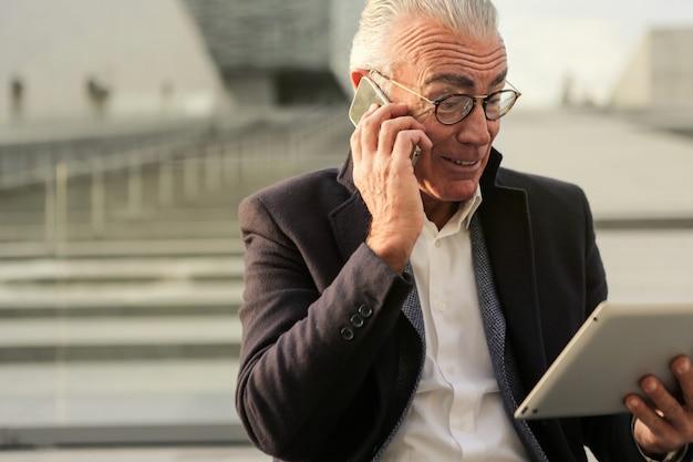 Beschäftigter älterer geschäftsmann mit einem laptop