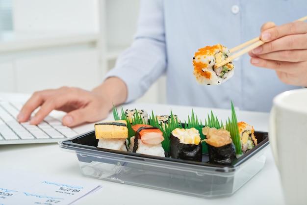 Beschäftigter büroangestellter, der snack nimmt