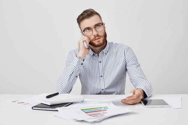 Beschäftigter büroangestellter ruft geschäftspartner an, um zukünftige besprechungen zu besprechen