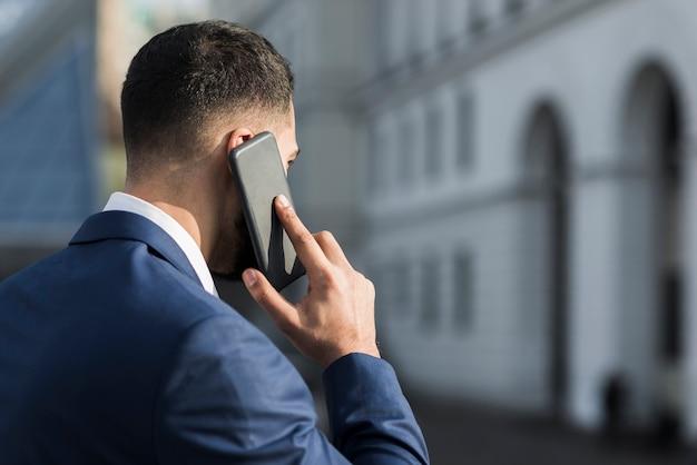 Beschäftigter geschäftsmann, der über telefon spricht