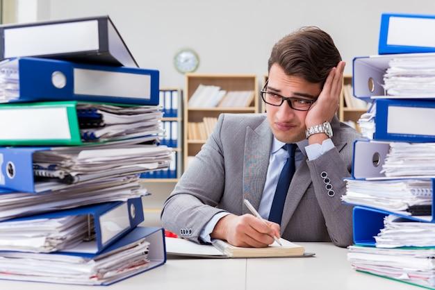 Beschäftigter geschäftsmann unter druck wegen der übermäßigen arbeit