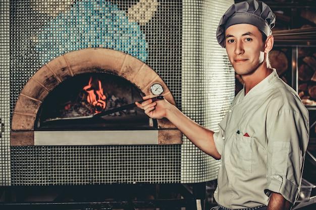 Beschäftigter koch bei der arbeit in der restaurantküche