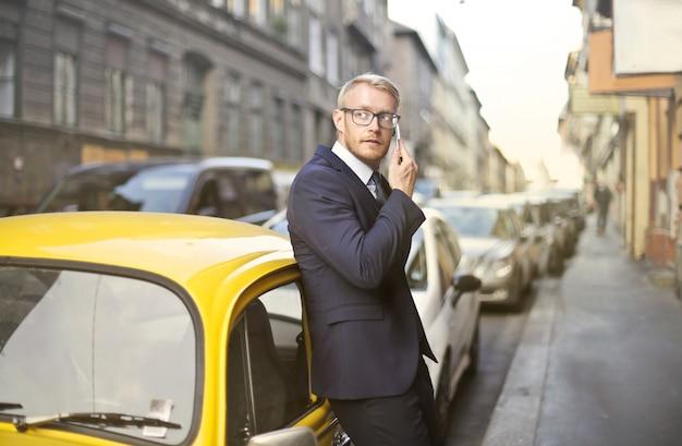 Beschäftigter mann, der auf einem smartphone spricht
